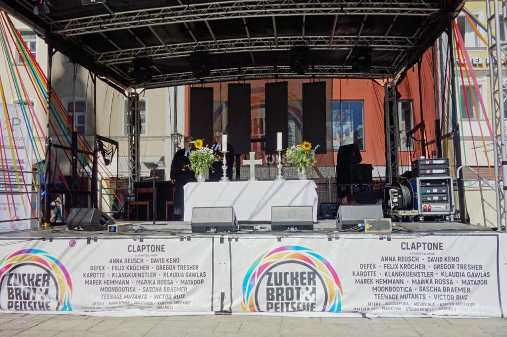 Eine Bühne für Bands - und sonntags als Altarraum.