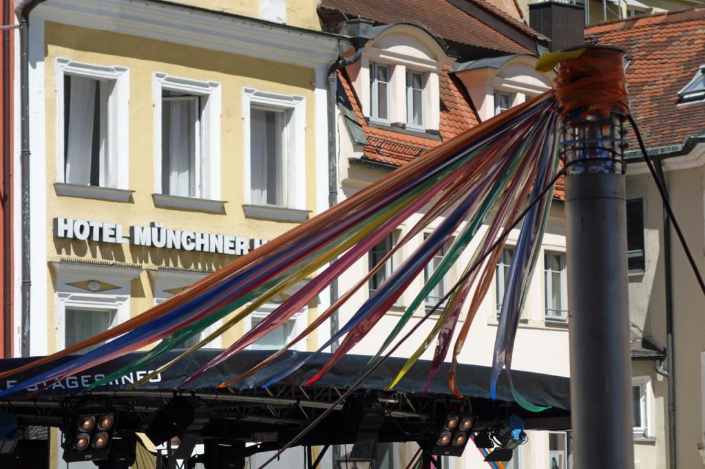 Über der Bühne: Blauer Himmel, bunte Bänder!