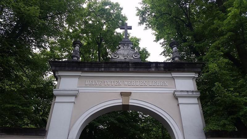 Das Hauptportal an der Friedenstraße