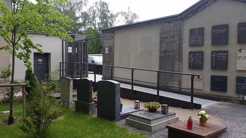 Barrierefreier Friedhofseingang an der Bischof-Konrad-Straße