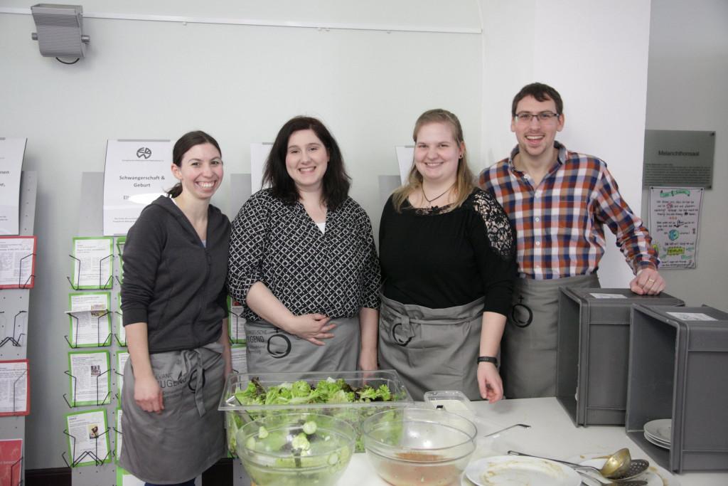 Fleißige Helferinnen und Helfer von der Evangelischen Kirche
