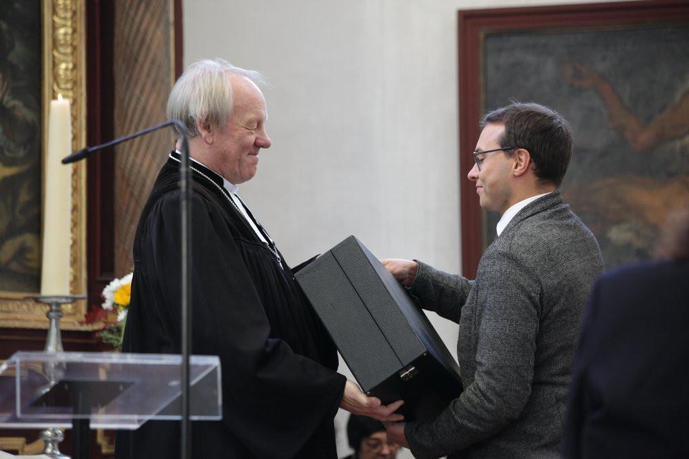 Übergabe des Hausabendmahlskoffers an den Vertrauensmann des Kirchenvorstands