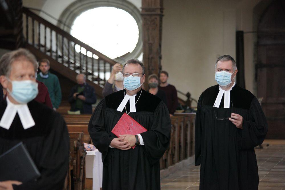 Einzug in Coronazeiten (Pfarrer Ulrich Burkhardt, Dekan Jörg Breu und Pfarrer Martin Schulte vrnl)